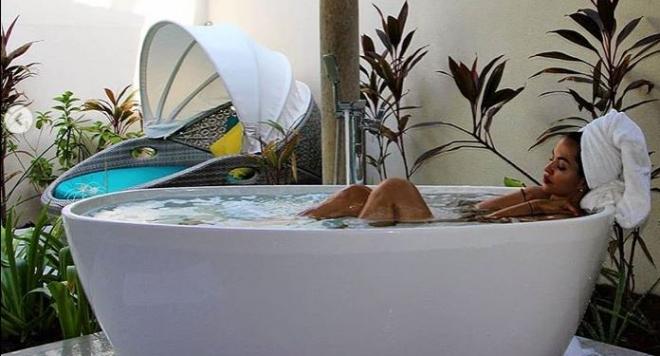 Снимка: Райна с горещи кадри от ваната