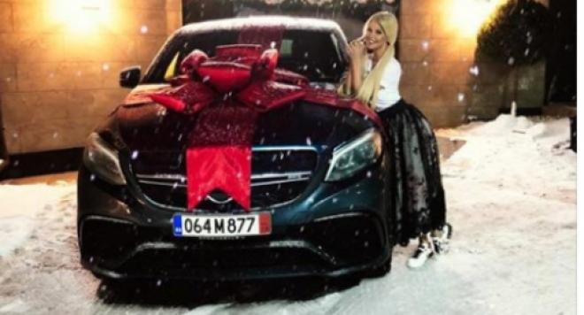 Светлана Василева с лъскаво возило от Гущеров (Вижте как му благодари миската)