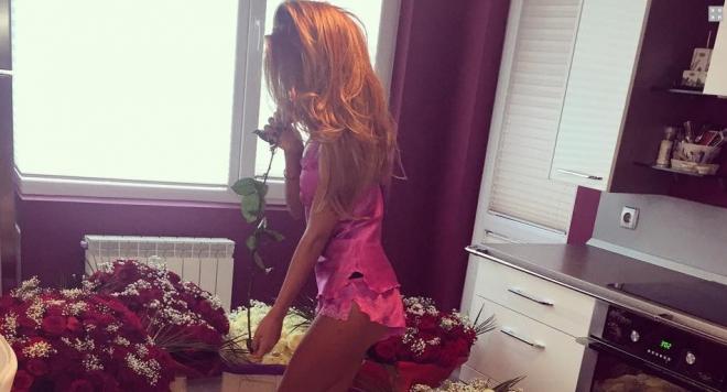 1111 рози за Моника Валериева от тайнственото й гадже