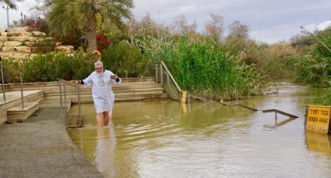 Снимка: Владо Пенев се кръсти в река Йордан