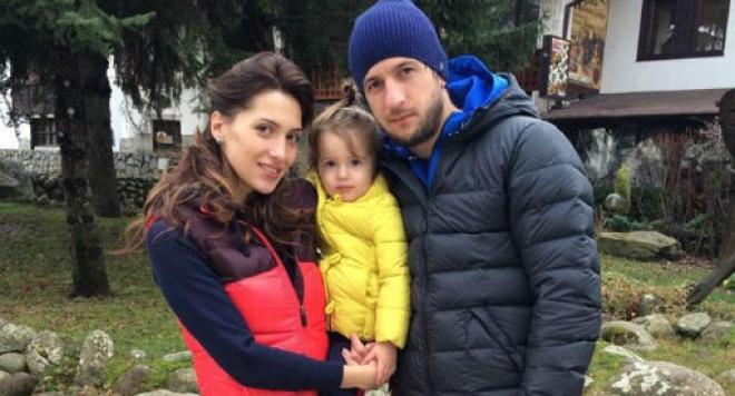 По време на мач: Ромина глези Дарко с палачинки