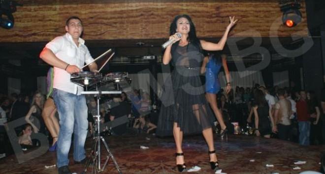 Мария с микрофон за 10 бона
