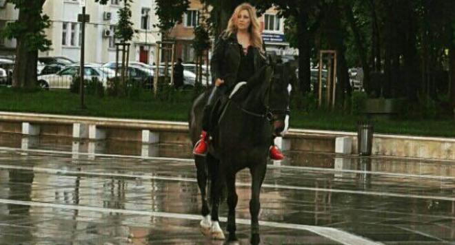 Рени остана без кола, метна се на кон
