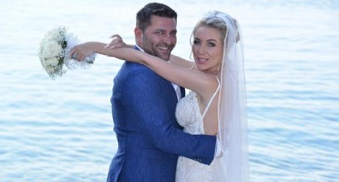 Тоца глези мъжа си в вана и шампанско за 1 месец от сватбата (Снимки)