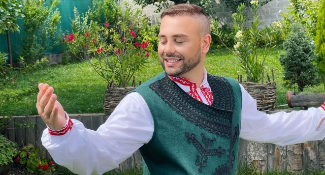 Валентин Велчев с клип на най-празничната си песен (ВИДЕО)
