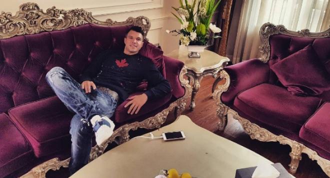 Валери Божинов иска да бяга от Китай, липсвали му печените прасенца и купоните
