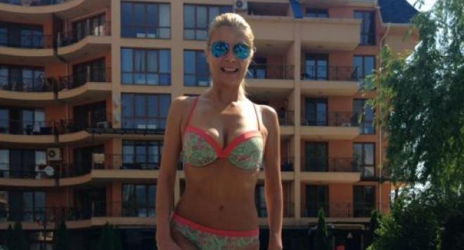 Венета Райкова показа тяло в бански