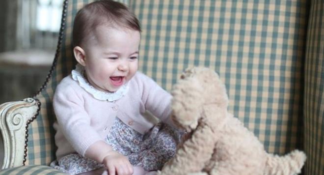 Кейт и Уилям показаха снимки на малката принцеса Шарлот