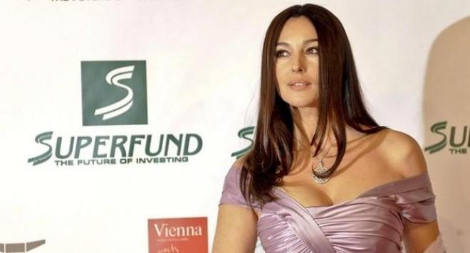 Моника Белучи позира бременна