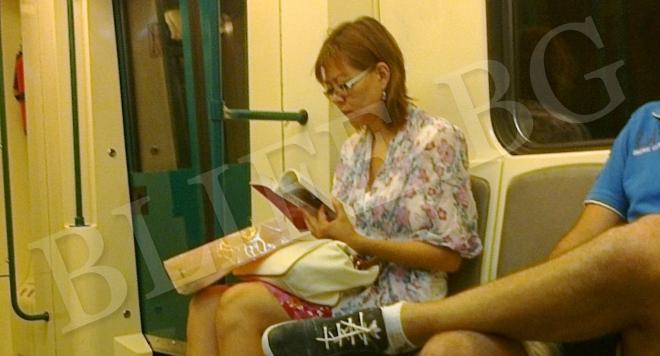 Станислава Цалова чете Удхаус в метрото