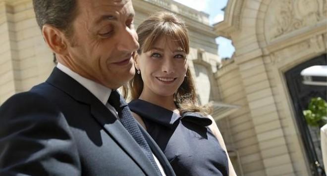 Карла хуква с певец, Саркози не се коси