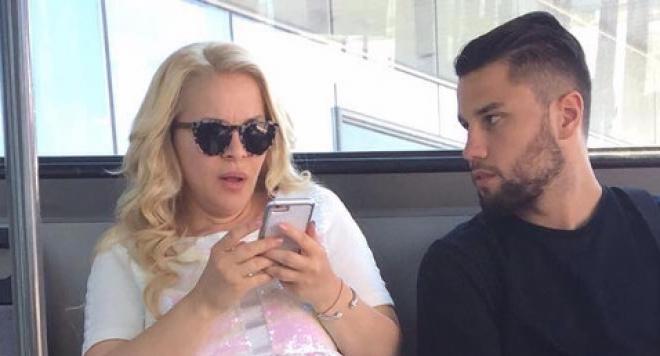 Бременната Деси Слава не спира да работи. С часове виси по летищата (Папарашки снимки)