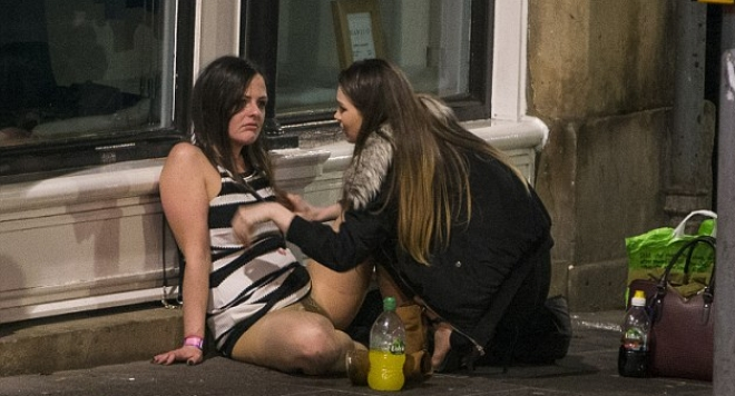 Като в Слънчев бряг! Брутални снимки на пияни англичани по улиците (18+)