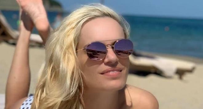 Ива Екимова хваща тен топлес на морето (Горещо фото)