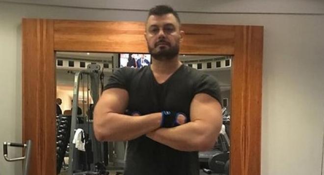 Бареков помпа чудовищни мускули в лондонски фитнес