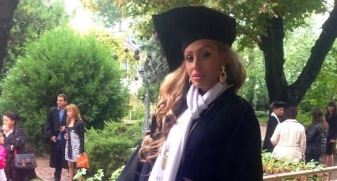 Джулиана Гани се фука с диплома за висше