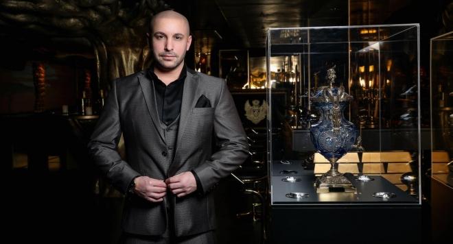 Черепи и злато в клуба за милиардери на Гаел Бонел Санчес