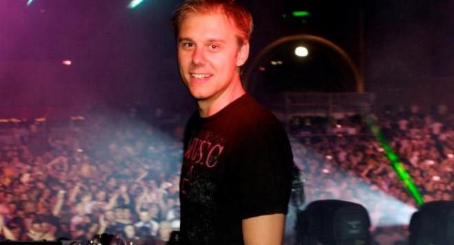 Armin Van Buuren  пристига със собствен самолет и подгряващ диджей