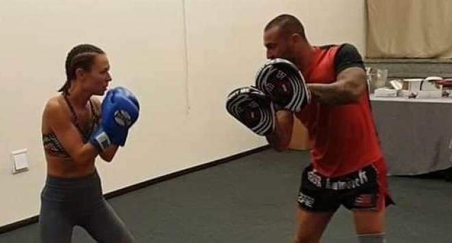 Маги Джанаварова вае тяло с кикбокс – певицата избра топ треньор на България и фитнес гуру №1