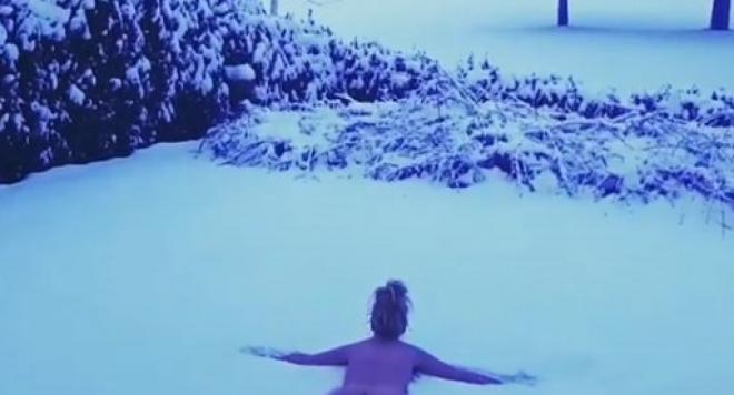 Гала се търкаля чисто гола в снега след сауна (ВИДЕО 18+)
