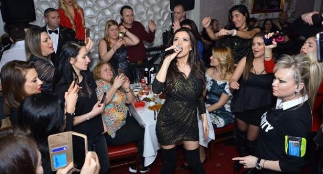 В местен ресторант в сряда вечерта стотици български емигранти се
