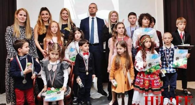 """Християна Лоизу пя """"Тих бял Дунав"""" с малчугани СНИМКИ"""
