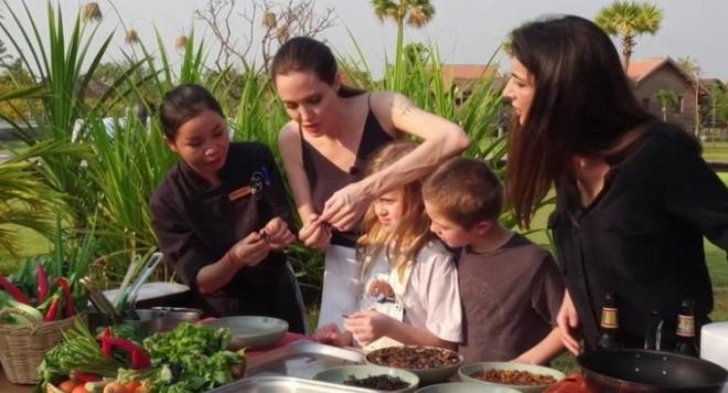 Джоли нахрани децата си с паяци (ВИДЕО)