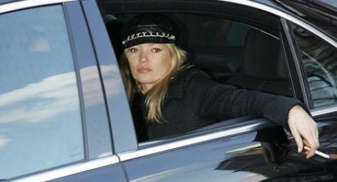 Кейт Мос се отдава на никотинова страст