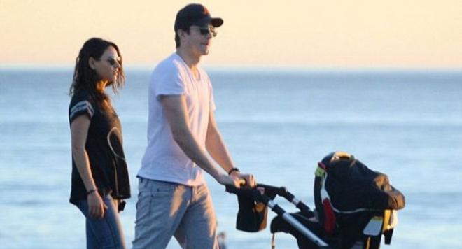 Мила и Аштън заведоха бебето на плажа