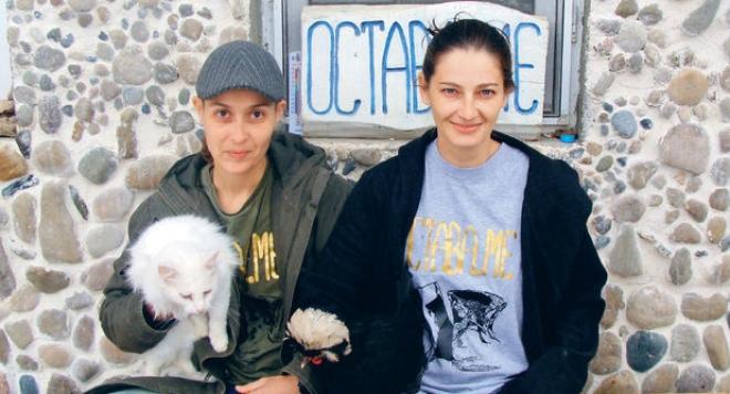 Гей дами заживяха на село: Деси Солджъра и Мис България 1997 се взеха /видео/