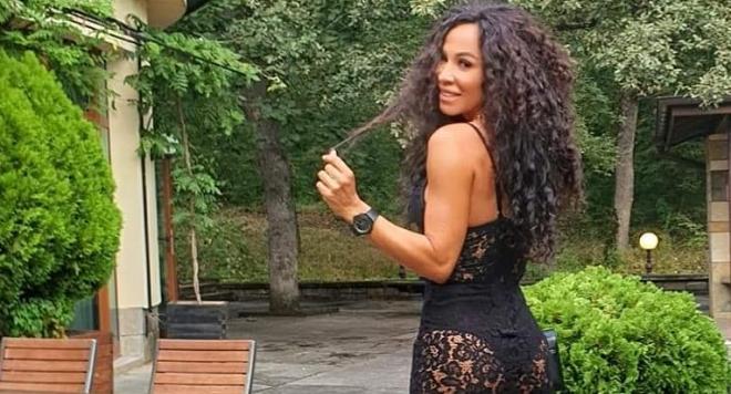 Маги Желязкова по дупе на сватба