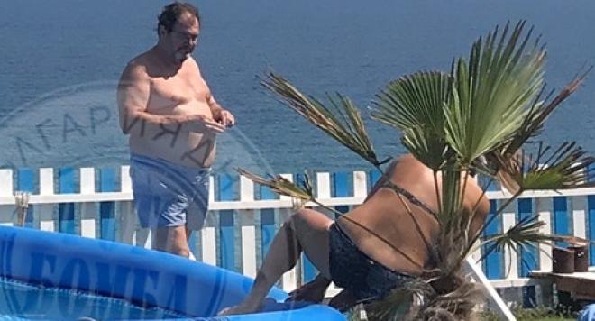 Старият Гущеров на море с млада мацка