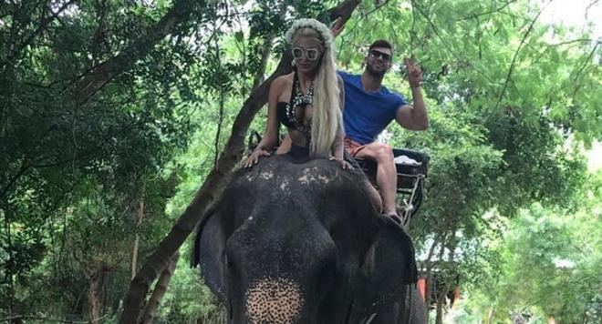 Джулиана Гани яхна слон в Тайланд (ВИДЕО)