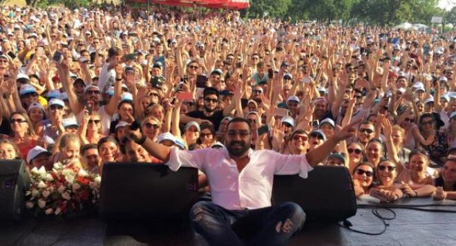 Полиция изведе Азис след концерт в Турция
