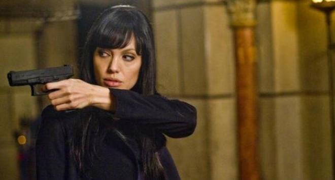 Анджелина Джоли се възбужда от оръжия