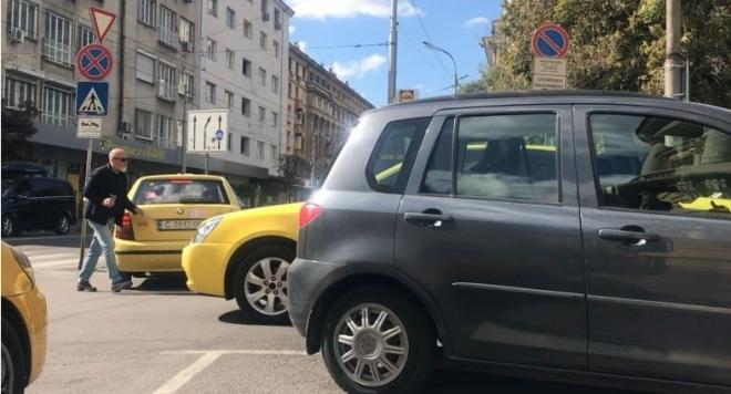 Стоян Алексиев псува като каруцар в центъра на София, налетя на таксиметров шофьор