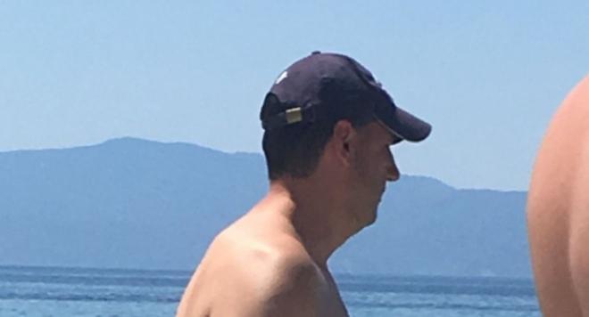 Личният кмет на Цветан Цветанов - Иван Тотев с мярка за неотклонение се плицика голичък на тузарски остров (Снимки)