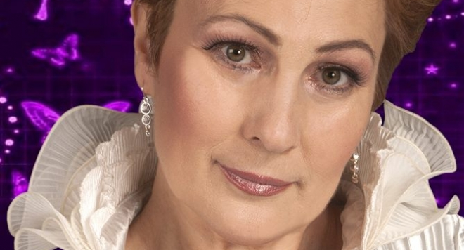 Мая Нешкова пее с микрофона на Адел