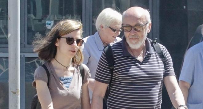 Старчокът Стоян Алексиев мами младата си метреса с жена си