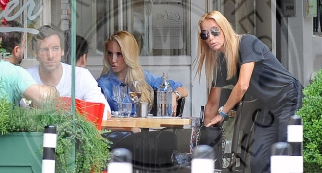 Снимка: Сестри Шехтови в едно заведение, но на различни маси?