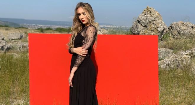 Дара Екимова пее на гръцки в новата си лятна песен (ВИДЕО)