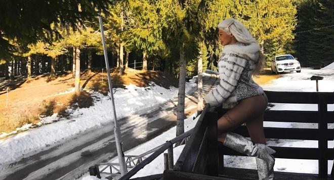 Джулиана Гани заголи секси дупе в снежни преспи (Горещи снимки)