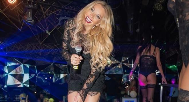 Емилия изпоти феновете си с ултра къс минижуп (Фото)