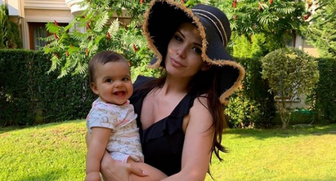 Преслава показа дъщеря си (Първа снимка)