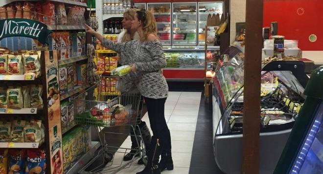 Светлана Василева на пазар с палто от заек /снимки/