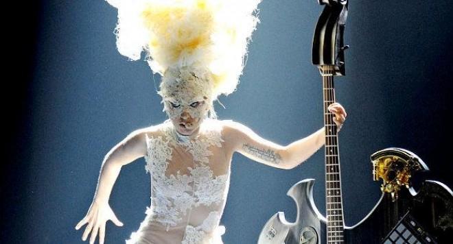 Лейди Гага триумфира на наградите Brit 2010