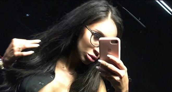 Чичко глези Мис Силикон Виктория Петрова с петзведен лукс във Варна, тя му позира гола в хотелската стая (СНИМКИ)