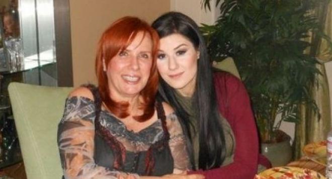 Кичка и дъщеря й запалиха мрежата с горещите си бомби (СНИМКА)