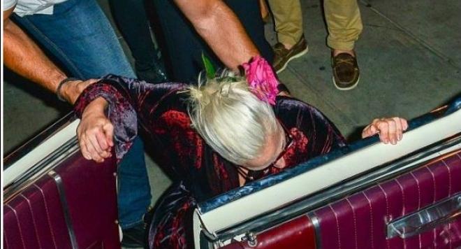 Лейди Гага прекали с виното, строполи се пред ресторант (снимки)