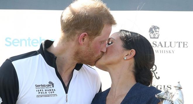 Меган дари Хари със страстна целувка